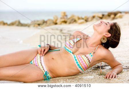 Chica del bikini en la playa