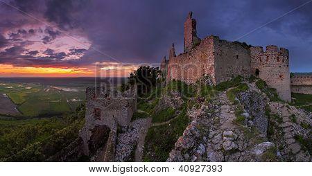 Castelo assombrado - ruínas do Castelo de Plavecky