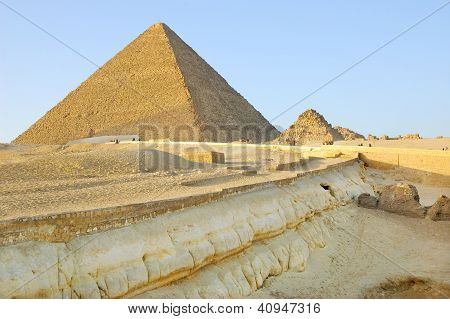 Geological layers near Giza pyramids