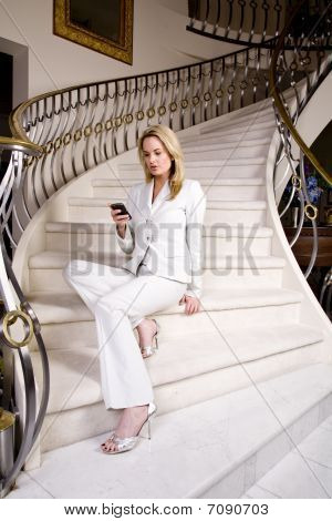 Frau sitzt mit Telefon