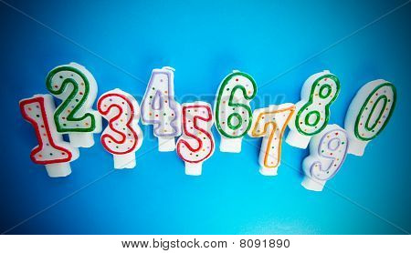 Geburtstagskerzen bunten Hintergrund