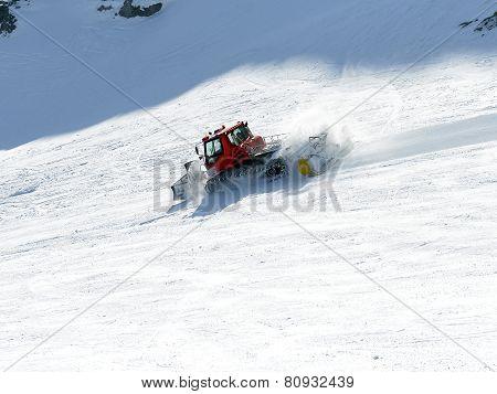 Aligns Snowcat Ski Piste