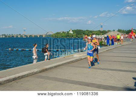 ?wo participants of the triathlon women's race