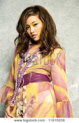 Hermosa mujer asiática en vestido con estilo