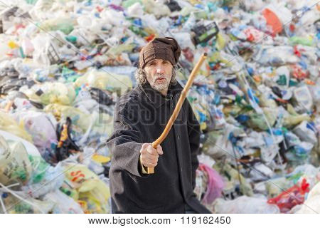 Homeless Gets Angry And Threatens The Photographer In Landfills