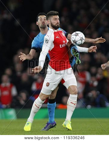 LONDON, ENGLAND - FEBRUARY 23: Sergio Busquets of Barcelona and Olivier Giroud of Arsenal compete for the ball during the Champions League match between Arsenal and Barcelona at The Emirates Stadium