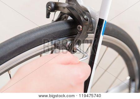Hand adjusting bicycle's brakes
