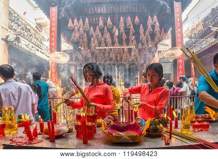 Two sisters burned incense worship Buddha peace Lunar New Year's Day