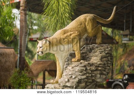 Statue of the hunting lioness in the garden.