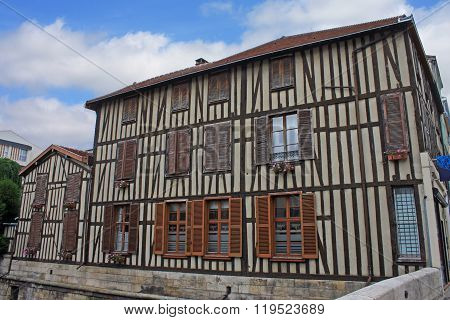 Building in Chalons-en-Champagne