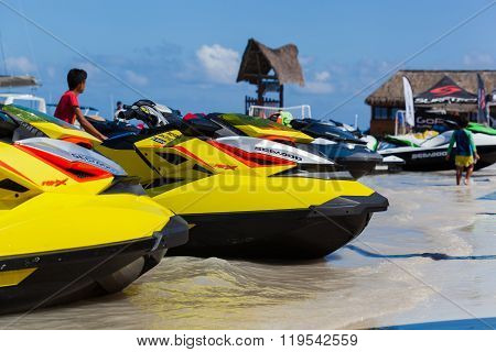 CANCUN MEXICO NOVEMBER -1 2015 Marina Chac-Chi 1st Carrera Nacional Jet Surf Camp 2015 Grand Premium Jetsurf Mexico Cancun jet ski parking on seashore