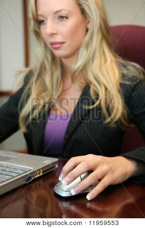 Empresaria trabaja con un ordenador en una sala de conferencias