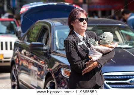 Female Men In Black Agent Carries Alien Baby In Parade