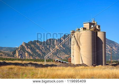 Industrial Agriculture Elevator Silo With Mountains