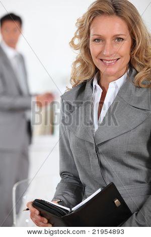 Ejecutivo mujer escribiendo en el diario