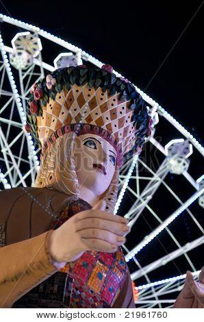 Senhora sorte estátua em um parque de diversões à noite