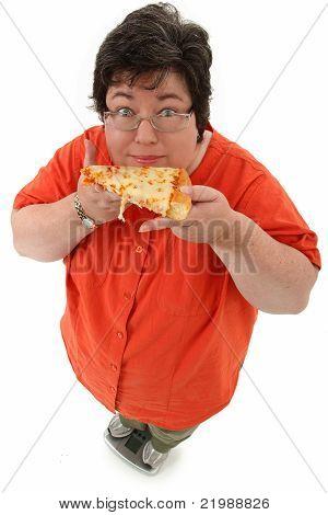Feliz mulher obesa na escala com Pizza