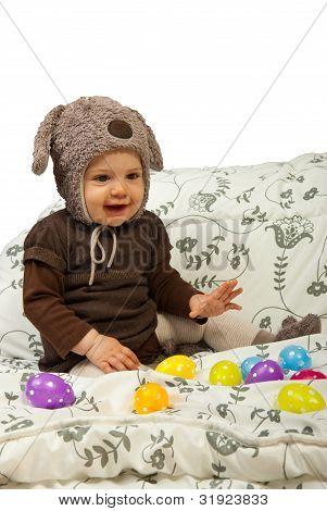Bebé jugando con huevos de Pascua