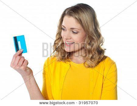 Fêmea atraente, mantendo seu cartão de crédito