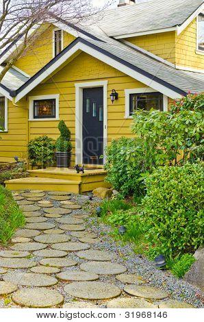 Entrada de uma casa com linda paisagem ao ar livre