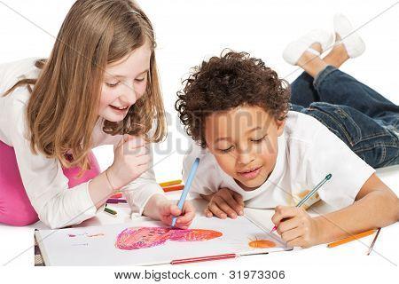 Interracial Kinder Zeichnung zusammen