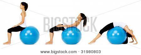 Ajuste saudável mulher usa bola de ginástica de pilates como parte de tonificação e exercício de treinamento de musculação. ISO