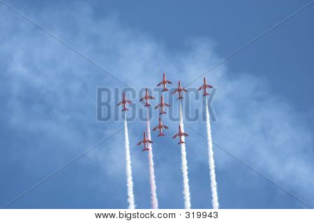 Formación de vuelo flechas rojas