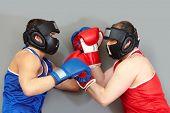 Постер, плакат: Два парня в защитный бокс агрессивно спортивной
