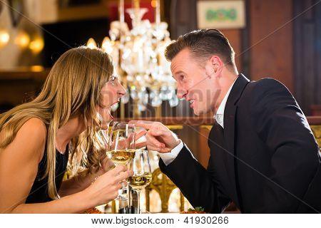 Paar haben einen Streit auf ein romantisches Date in einem feinen Restaurants Restaurant, sie sind wütend und schrie, eine l