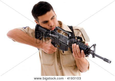 Soldado apuntando con pistola