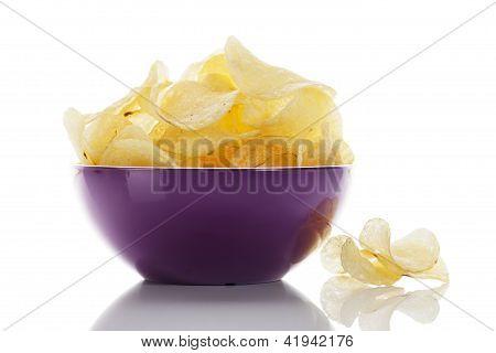 patatas fritas en un recipiente púrpura