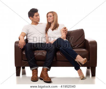 Pareja joven en el sofá