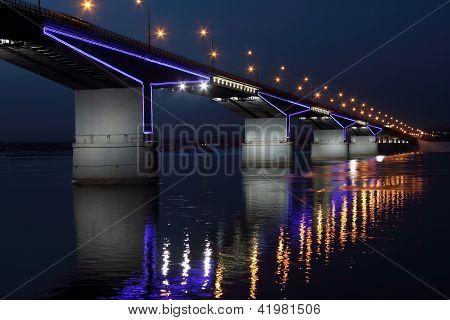 El puente de automóvil.