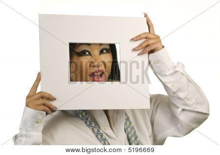 lächelnd asian Woman looking durch weiße frame