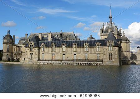 castillo sobre el lago
