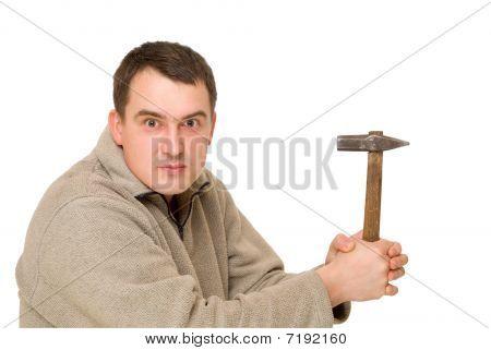Hombre piense con martillo