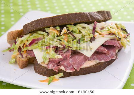 Reuben Sandwich con ensalada de col