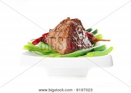 Filet Mignon auf eine weiße Platte und Paprika