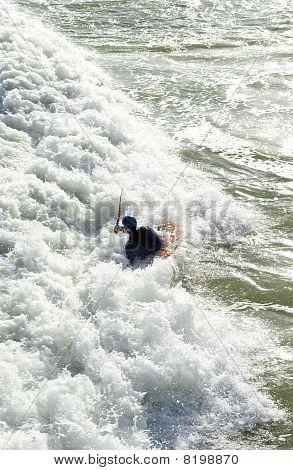 homem de caiaque no mar.