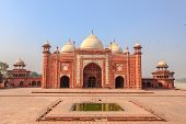 image of mumtaj  - Mosque in the Taj mahal Complex Agra India - JPG