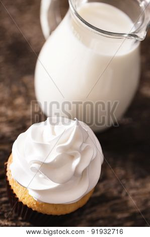 Cake cupcakes with white cream and skim milk
