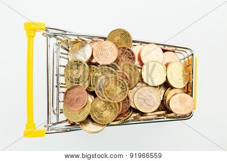 a shopping cart filled with euro coins, symbofoto for purchasing power, consumption and inflation