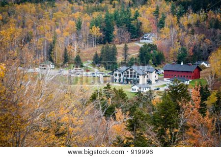 Vistor Center Of Mt Washington In Fall Foliage