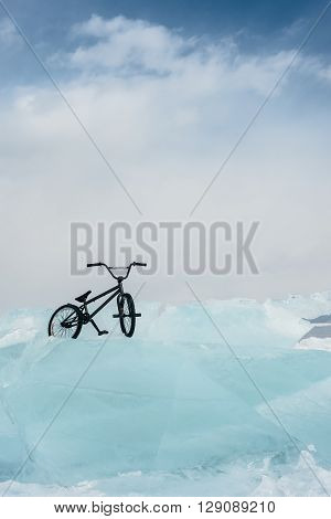 Bmx stands starkly beautiful and opasnoyh ice and waiting for the athlete.