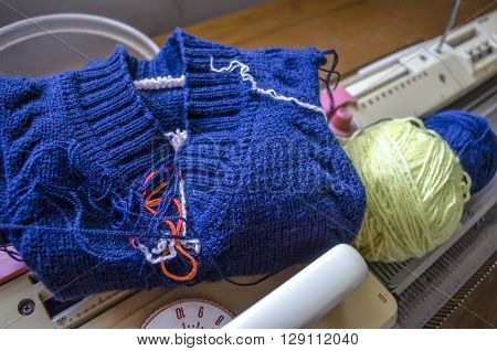 Processing of the neck children's sweaters made on  hand knitting machine