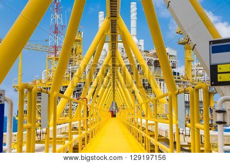Bridge connected between oil and gas processing platform and accommodation platform