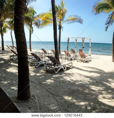 Tarde de playa junto a camastros para descansar