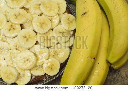 banana tart, placing the sliced bananas on the tart