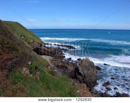 Küste und Wellen