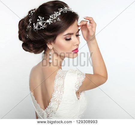 Wedding Hairstyle. Beautiful Fashion Bride Girl Model Portrait. Makeup. Luxury Jewelry. Attractive Y